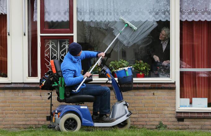 Kijk nou eens niet naar wat iemand niet kan, maar wat iemand wél kan: ramen lappen bijvoorbeeld