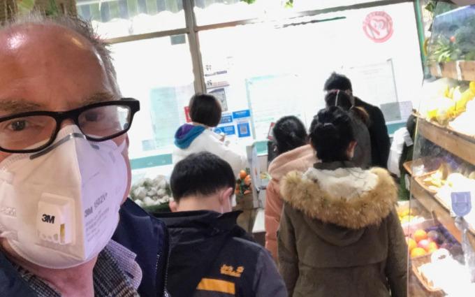 Tijdens de lockdown met masker op pad. Links in beeld Ronald Reunis, general manager van Lumileds in Songzi (China)