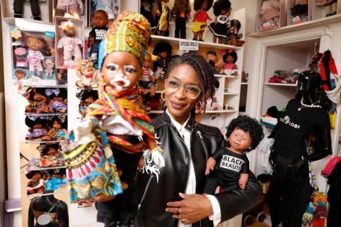 'Ellen Brudet begon op de markt met de verkoop van gekleurde poppen toen niemand daar wat in zag. Nu heeft ze een winkel in Amsterdam - Coloured Goodies - en verkoopt ze internationaal via een webshop'