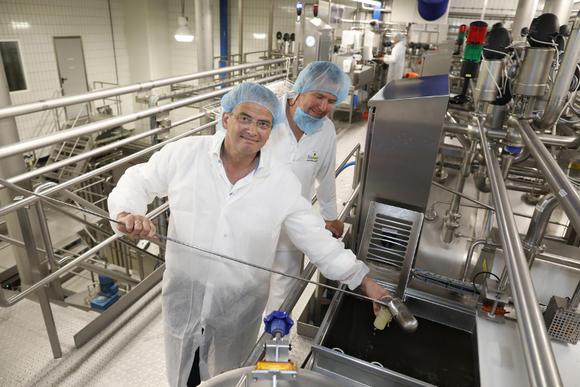 SGP Tweede Kamerlid Roelof Bisschop bij zuivelfabriek CZ Rouveen