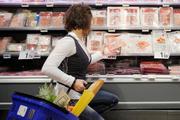 Consument bij vleeswarenschap supermarkt