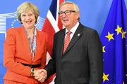May en Juncker schudden de hand