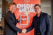 Maurice Crusio van ANKO (links) overhandigt rapport aan MKB-voorzitter Jacco Vonhof