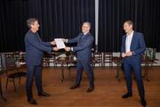 Jacco Vonhof reikt de MKB-Lastenscan uit aan gemeente Hardenberg