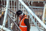 Man aan het werk in de bouw in Berlijn
